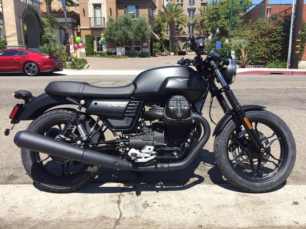 Moto Guzzi V7 Stone moto en alquiler (1)