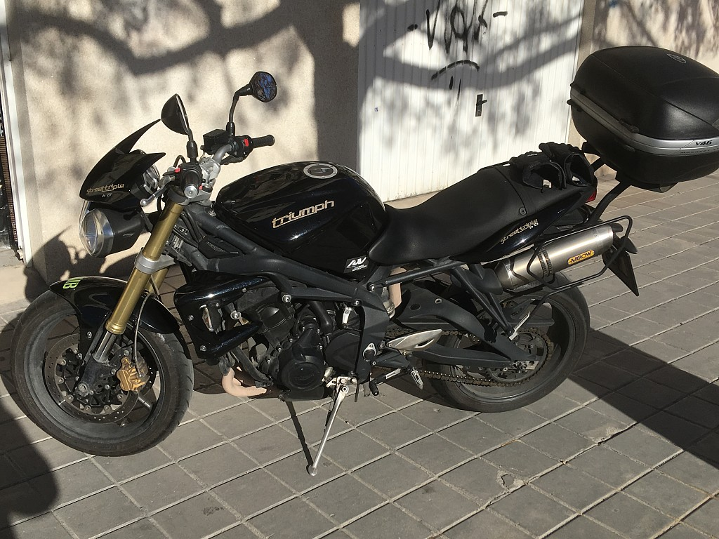 2010 TRIUMPH Street Triple moto en alquiler (1)
