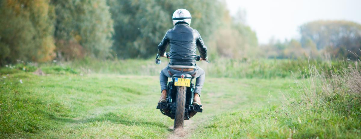 Man op motor in natuur: Statistieken over motorrijders en motoren in Nederland