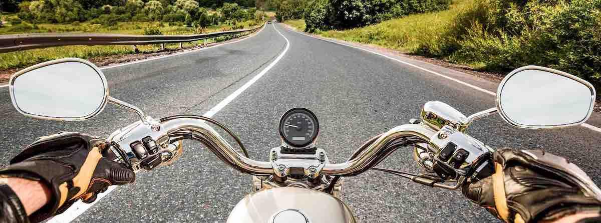 Handen op stuur motor: Motorhotels in Luxemburg