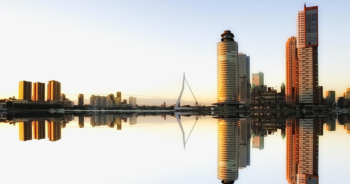 Rotterdam skyline bezoek motorfiets