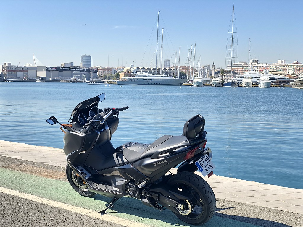 2019 YAMAHA T-Max DX moto en alquiler (1)