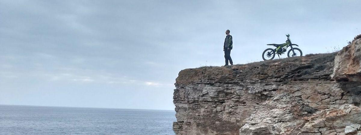 Man op berg: Toeren met de motor op Crimea