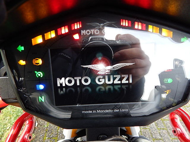 2019 MOTO GUZZI V85 TT motor te huur (4)