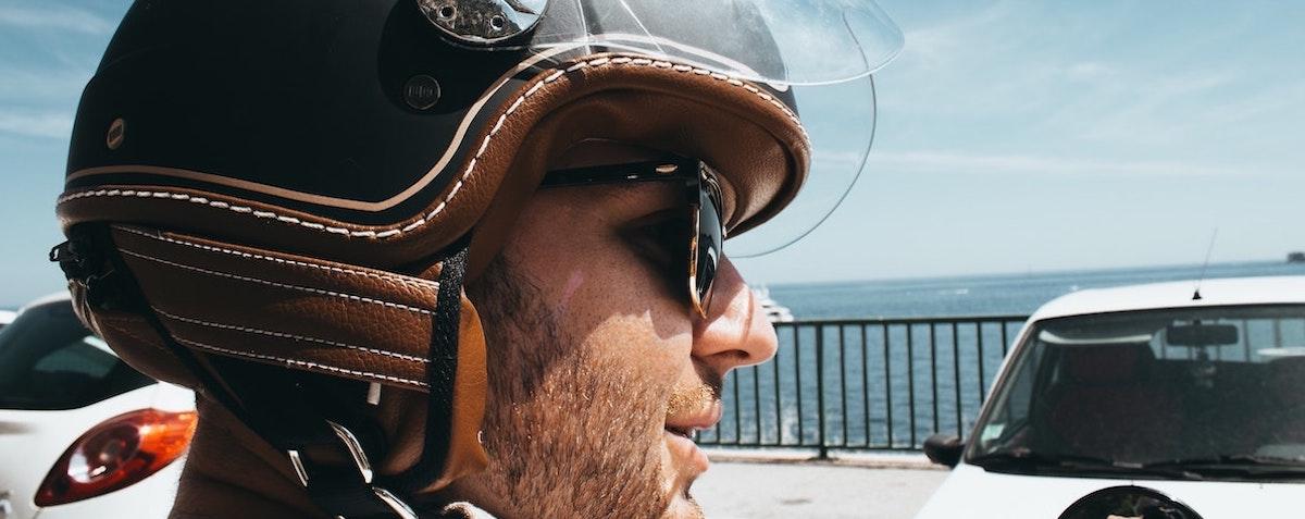 Motorrijder met helm: Een helm kopen