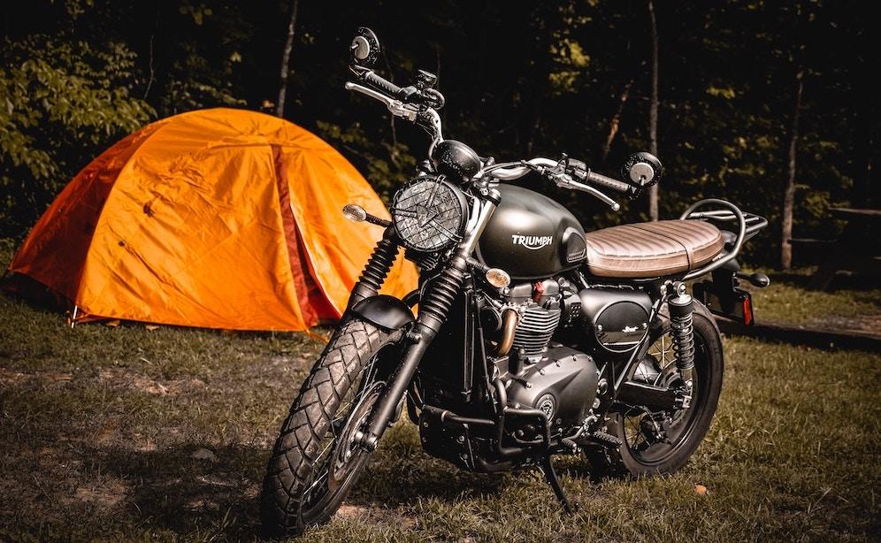 Foto: Motor bij tent